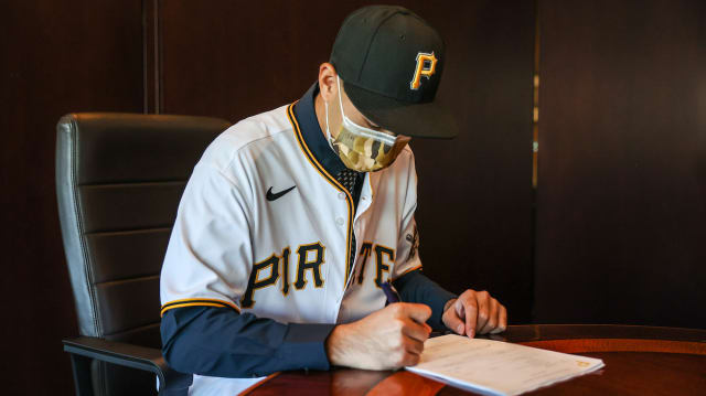Pirates sign 19-year-old righty from Taiwan