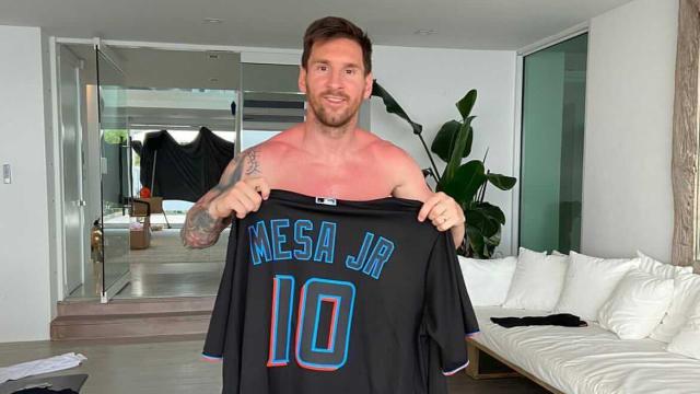 Lionel Messi receives Marlins Mesa jersey