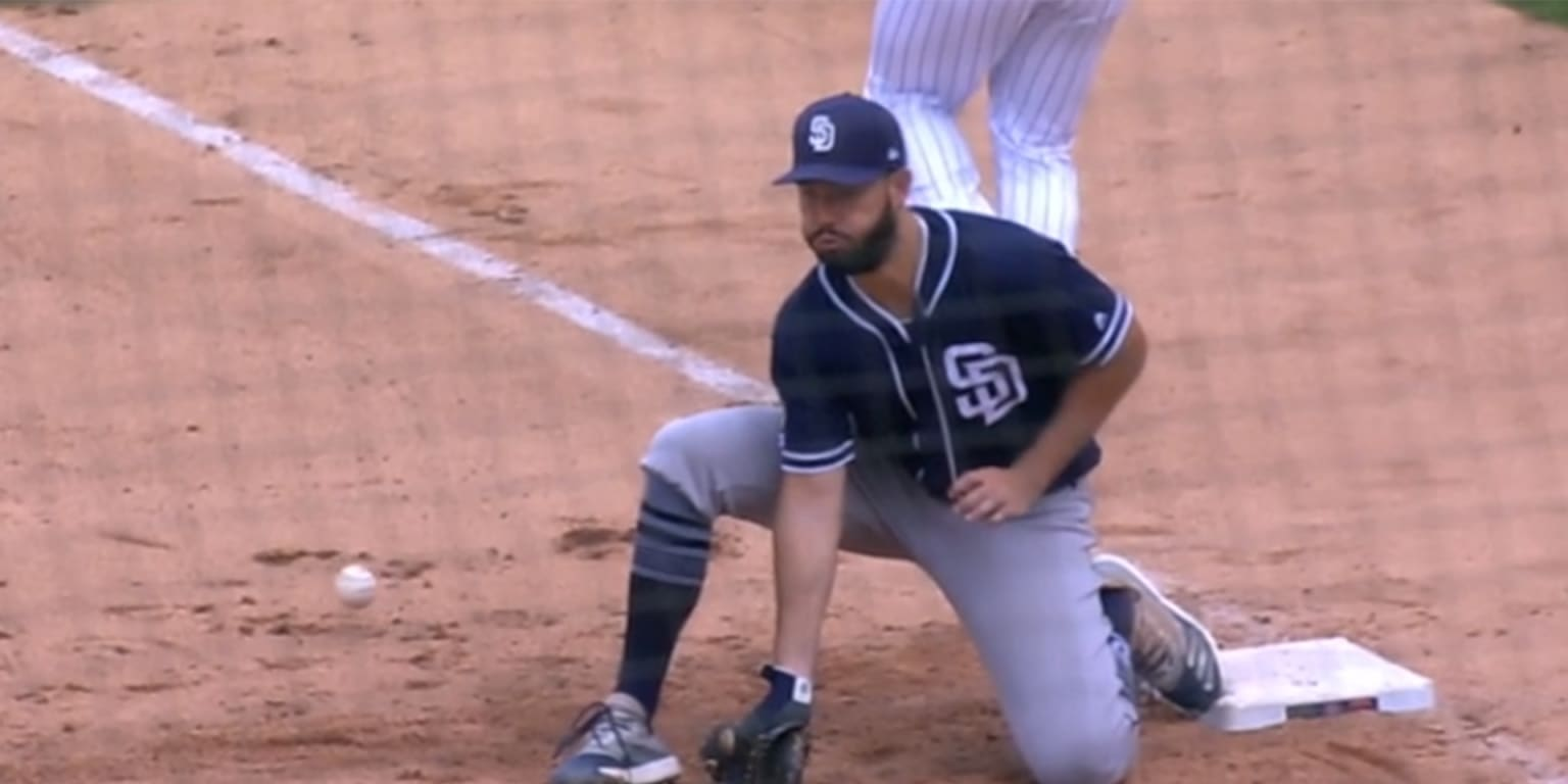 Late miscues cost Padres in Wrigley opener