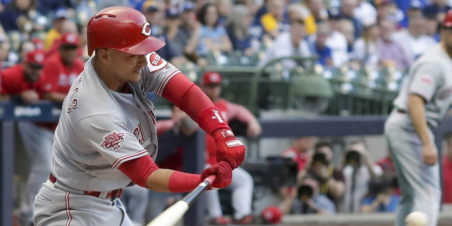 Hitting, pitching click in Reds' 5th straight W