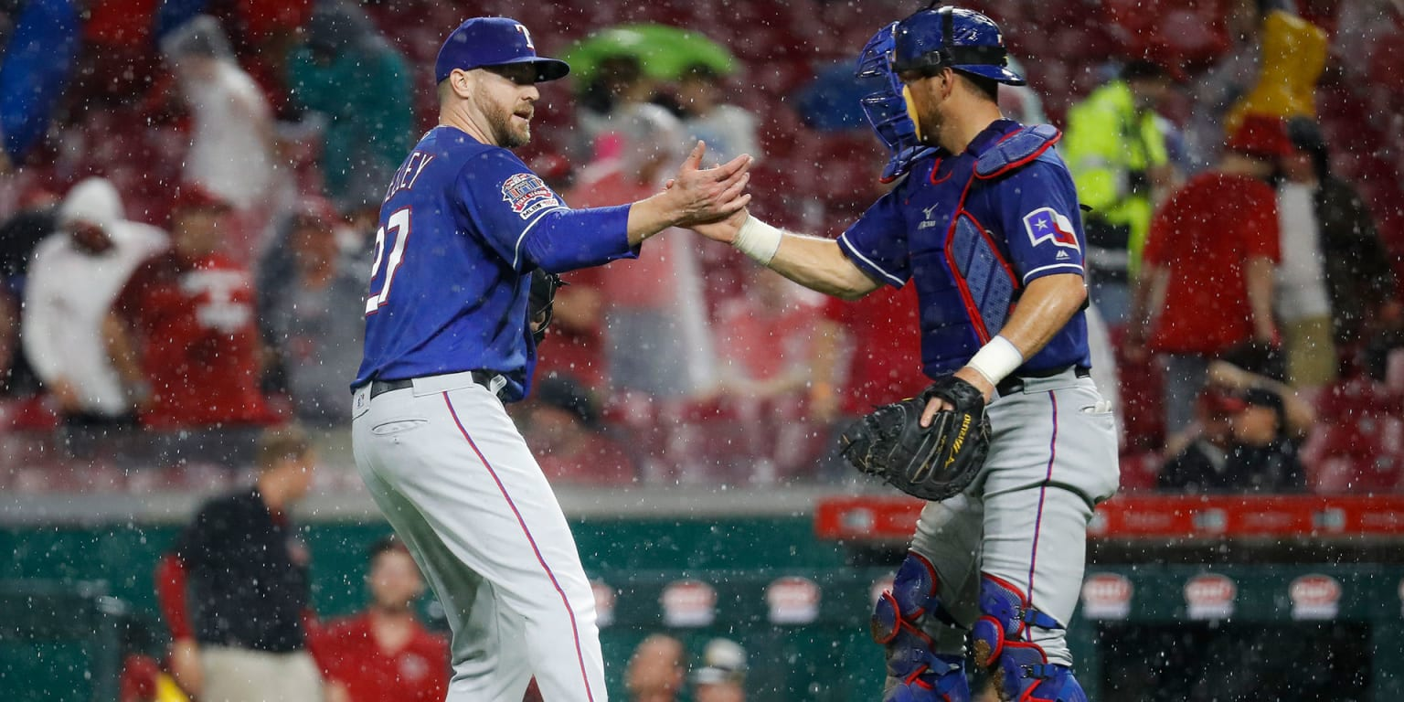 Rangers go to 'pen early to beat rain, Reds