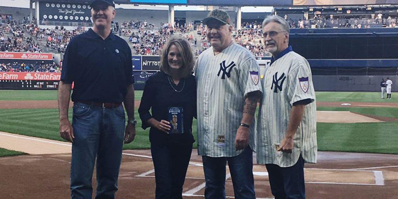 Mantle's sons throw out first pitch on dad's night