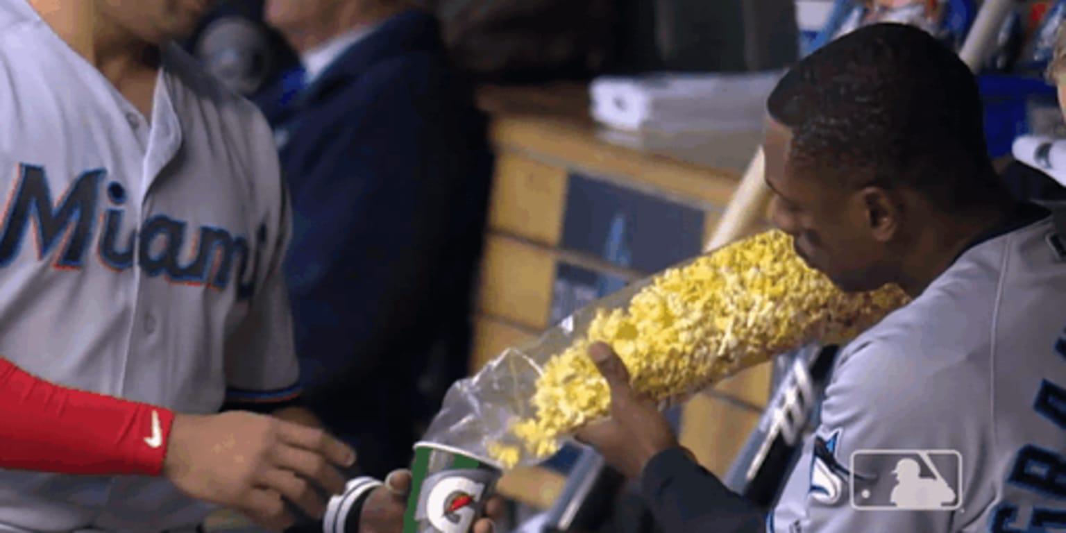 Curtis Granderson earns popcorn from fan