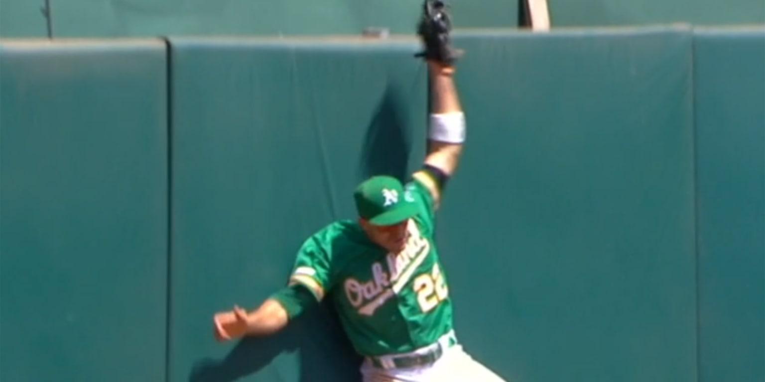 Watch Laureano make sick homer-robbing catch