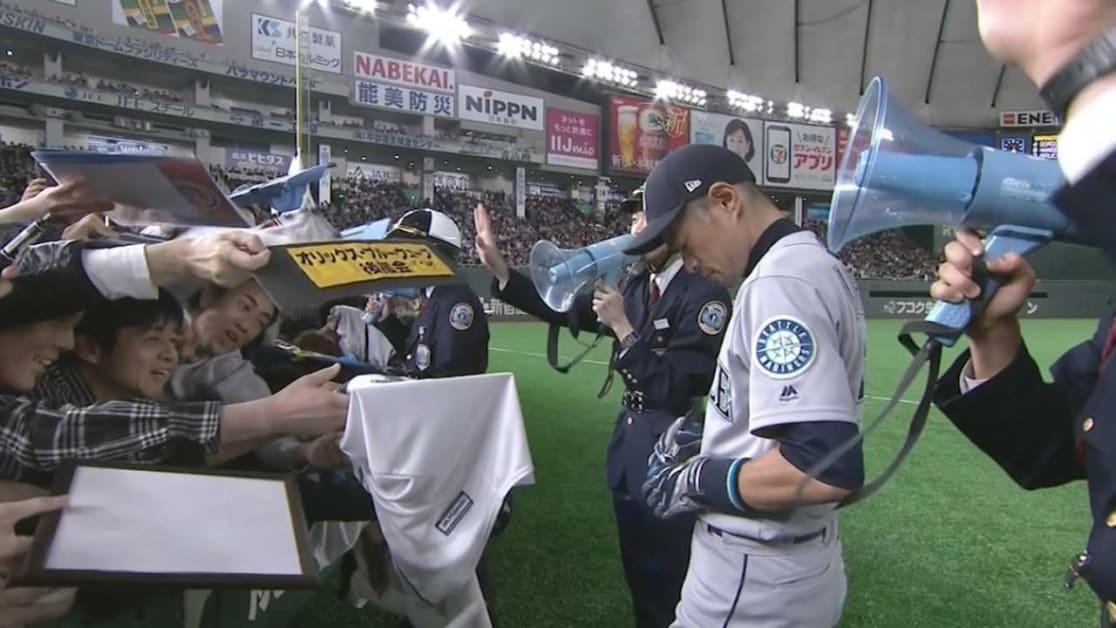Ichiro signs autographs pregame