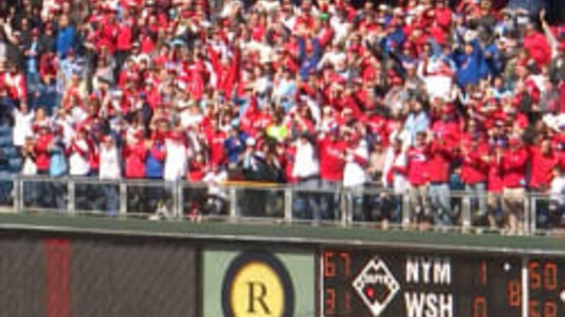 Harper saluda a los fans de Phillies